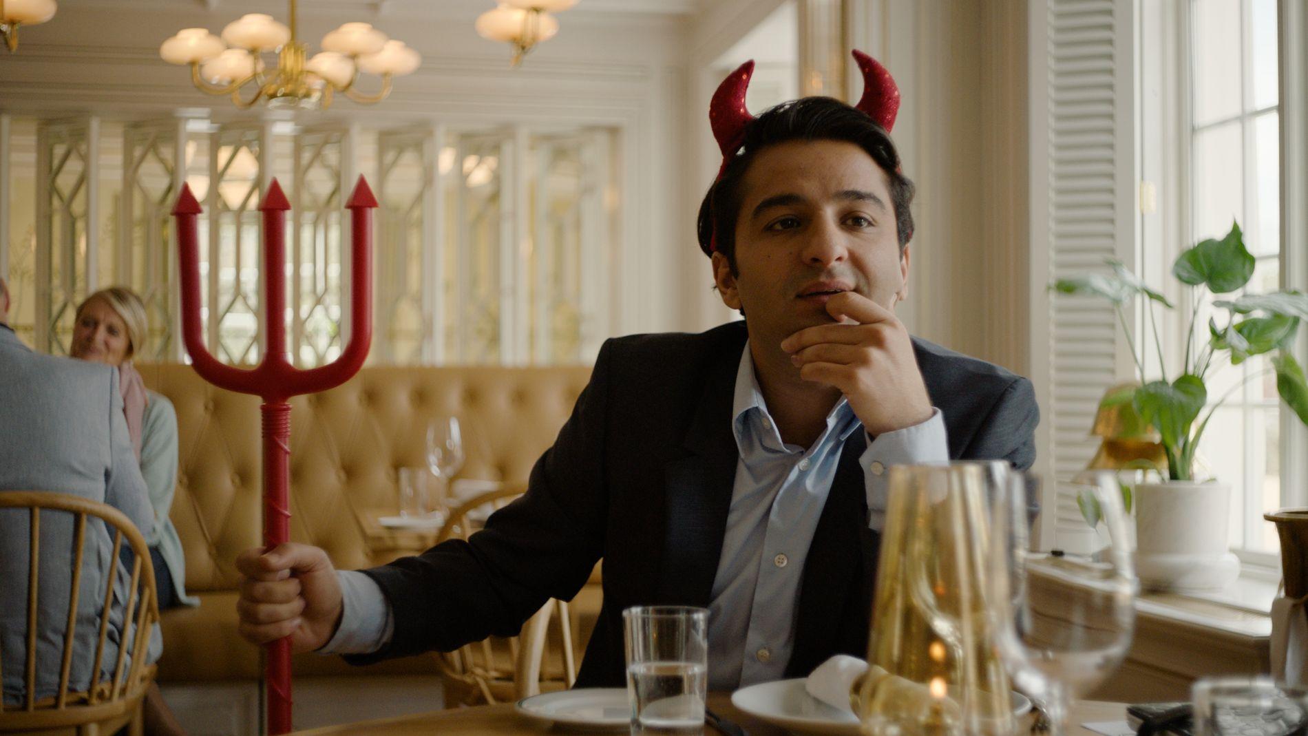 DJEVELEN MED DETALJENE: Nader Khademi som Kims agent i «Hjelperytteren».