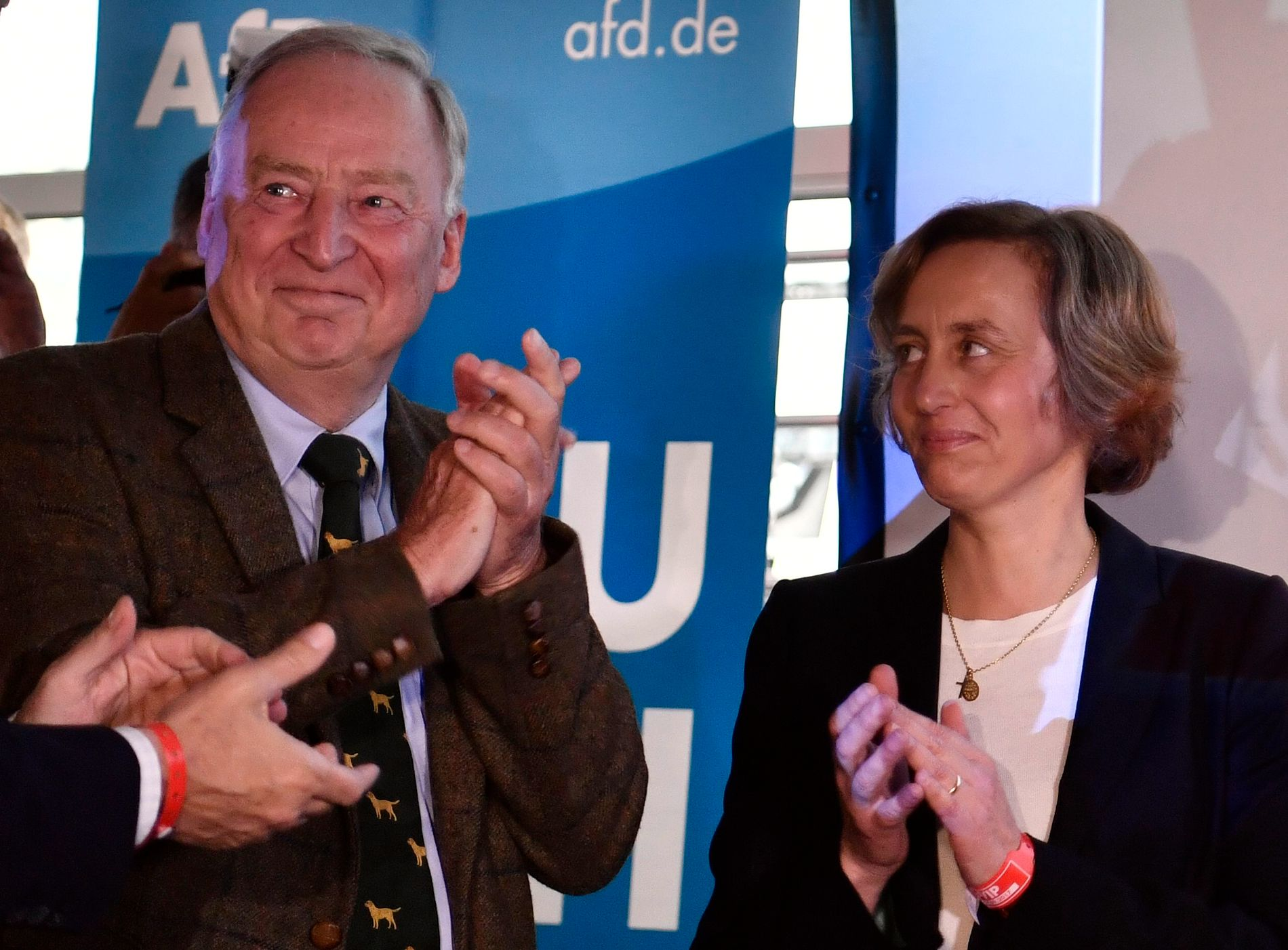 FRA YTRE HØYRE: Alexander Gauland og Beatrix von Storch applauderer prognosene som ble offentliggjort etter at valglokalene stengte. Gauland er en av partiets to ledere og von Stroch er en fremtredende figur i det svært innvandringskritiske partiet.
