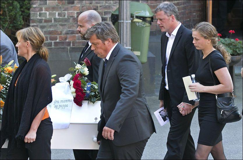 PREGET: Familie, venner og enkemann Are Kalvø (t.h, sammen med stedatteren Oda) var tydelig beveget etter bisettelsen. Foto: Jan Petter Lynau