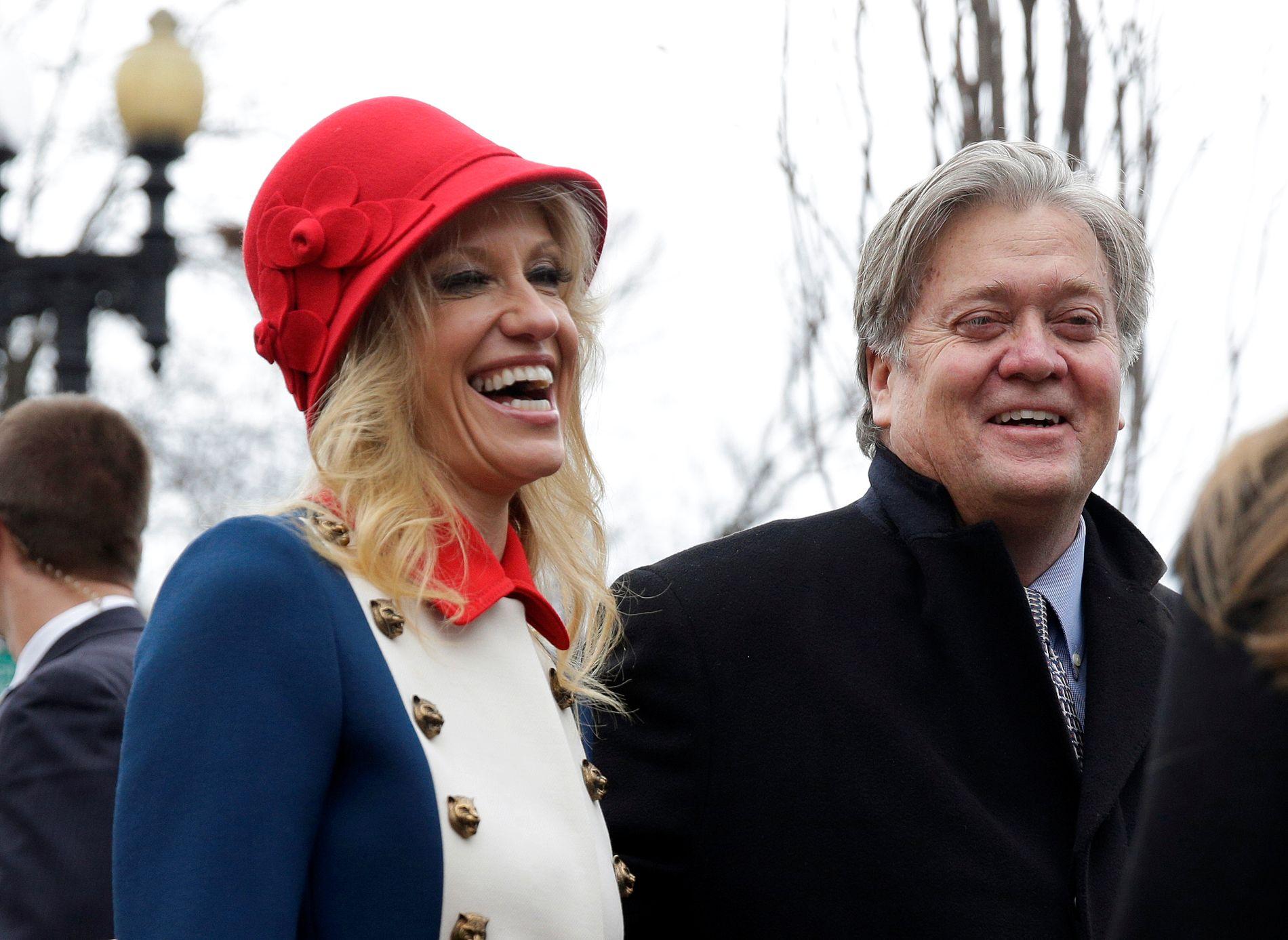 ALTERNATIVE FAKTA: President-rådgiver Kellyanne Conway, her samen med rådgiverkollega Steve Bannon, har allerede gjort seg bemerket med flere oppsiktsvekkende medieopptredener. Foto: Reuters