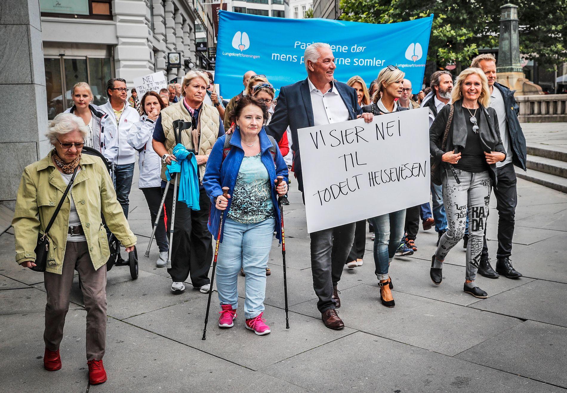 KREVER HANDLING: Finn Helge Quist (i midten med plakat) håper mandagens demonstrasjon vil få politikerne til å korte ned den lange behandlingstiden for nye medisiner i Norge.