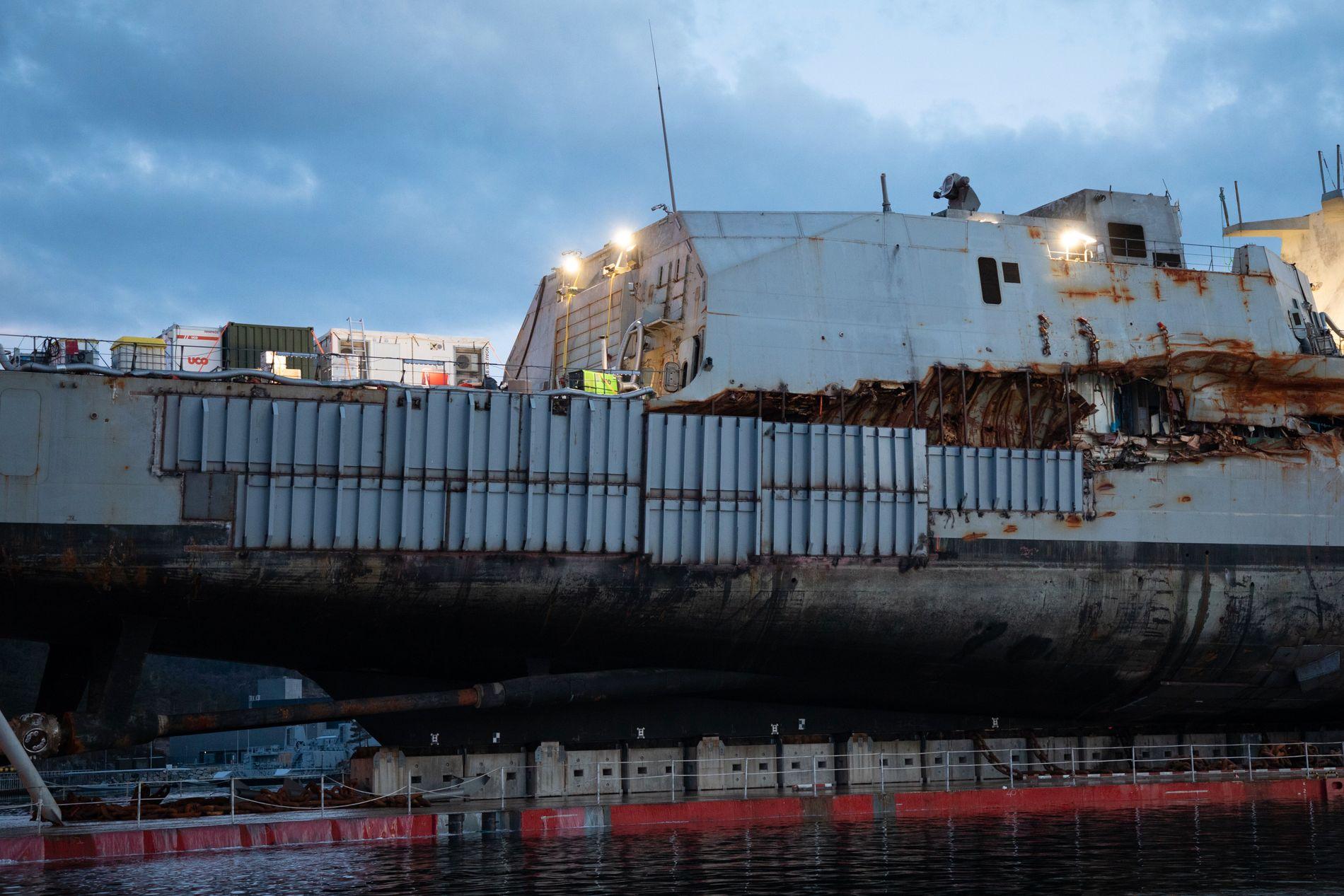 MIDLERTIDIG TETTET: De store skrogskadene på fregatten er påsveist mange stålplater, og skal nå gjøre skipet flytedyktig igjen.