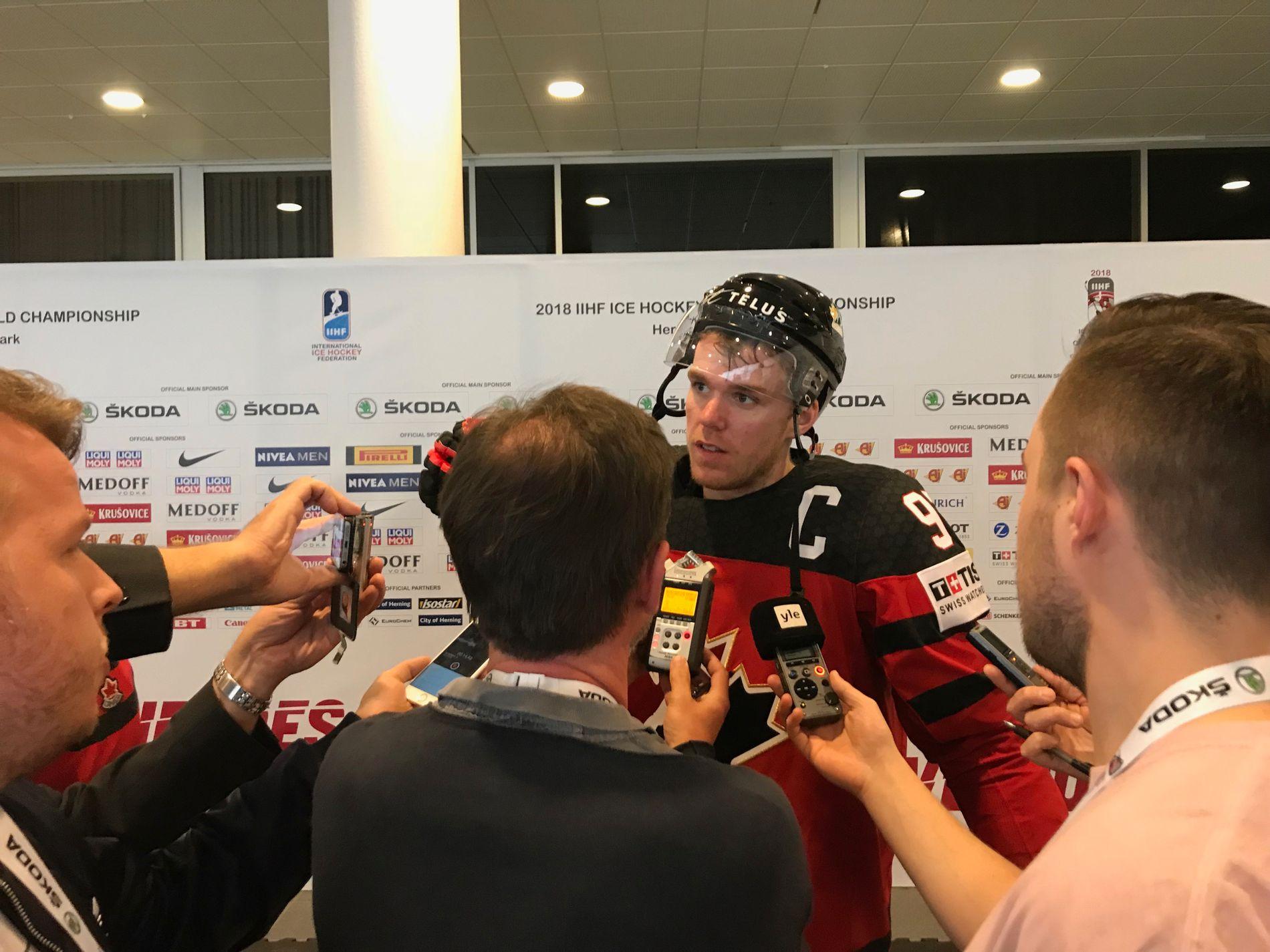 ETTERTRAKTET: Canadas kaptein og største stjerne, Connor McDavid (21) fra Edmonton Oilers, blir intervjuet i pressesonen i Jyske Bank Boxen etter 10–0 over Sør-Korea.