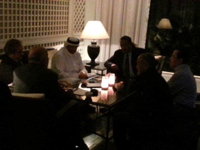 MØTE I GÅR KVELD: Sjeik Ahmad Al-Fahad Al-Sabah fra Kuwait møtte blant andre UEFA-president Michel Platini (t.v.) på luksushotellet Baur au Lac i går kveld.