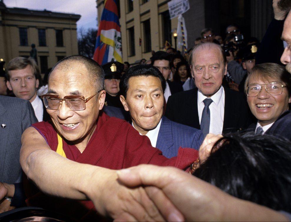 TVILSOM: - Det er greit å vite hva slags person det er tale om, og jeg er ikke imponert over Dalai Lama som menneskerettighetsforkjemper. Han har også pleiet vennskapelig omgang med fremtredende høyrepolitikere, skriver Arnulf Kolstad i et svar til Bård Larsen.