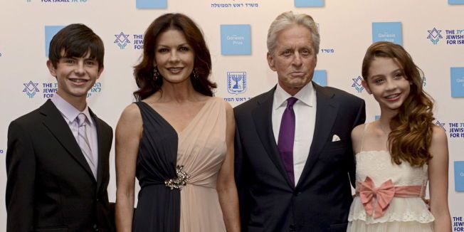 FAMILIE: Michael Douglas og Catherine Zeta Jones med sønnen Dylan og datteren Carys.