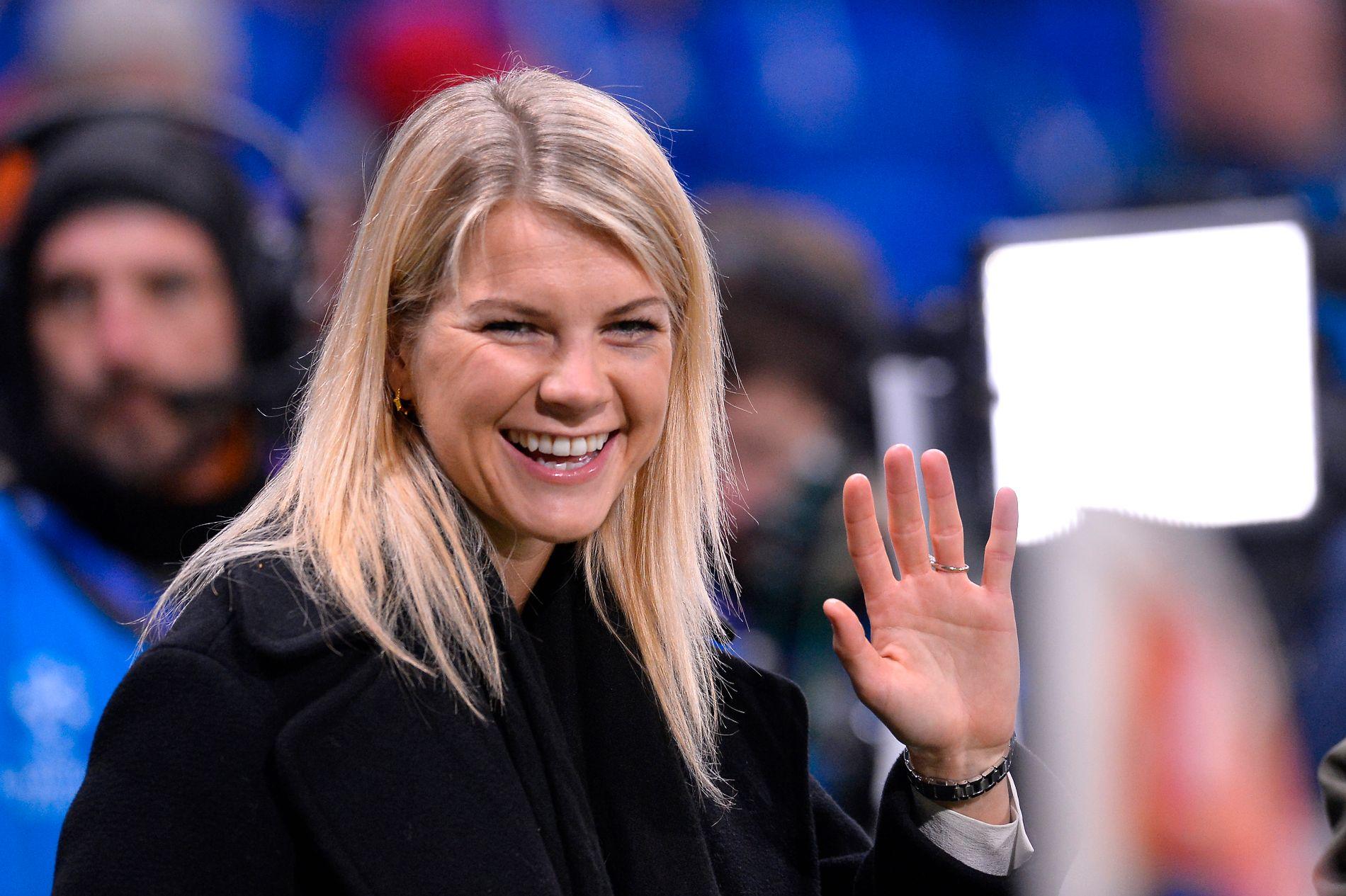 HØY STJERNEFAKTOR: Ingen kvinnelig europeisk fotballspiller har et større navn enn Ada Hegerberg etter fjorårets Gullballen-triumf. Her er hun avbildet på tribunen i forbindelse med herrenes 8-delsfinale mellom Lyon og Barcelona tidligere i år. I dag er det Champions League-finale mot nettopp Barcelona.