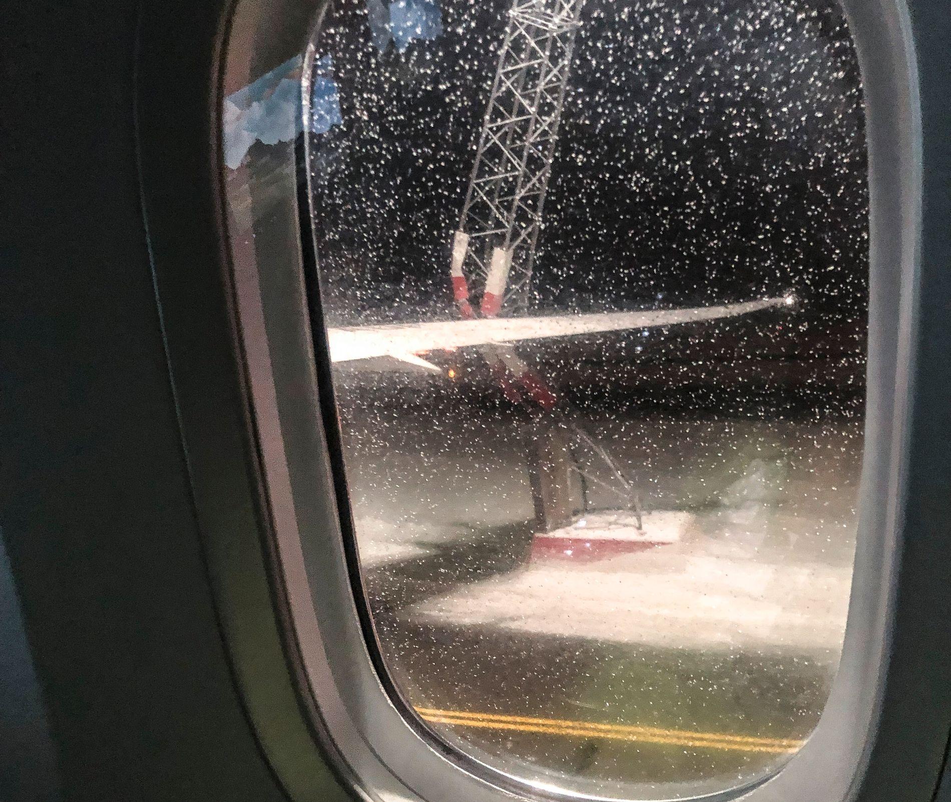 KOLLISJON MED MAST: Et fly krasjet tirsdag kveld inn i en lysmast på Gardermoen.