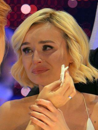RØRT: Polina Gagarina får hjelp til å tørke tårene i green room.