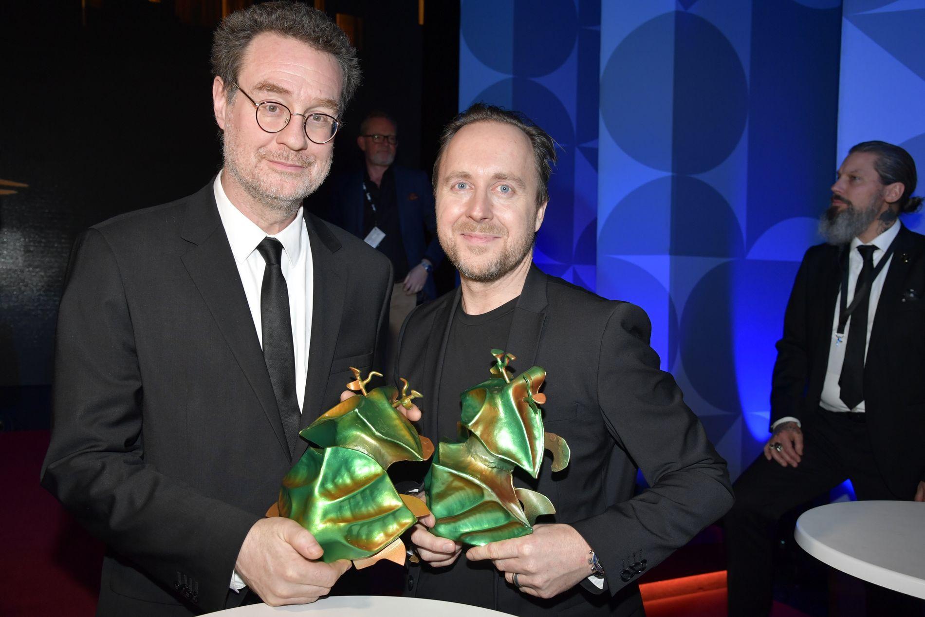 Regissør Carl Javér og kunstnerisk produsent Peter Lange med de to prisene for dokumentaren «Rekonstruktion Utøya».