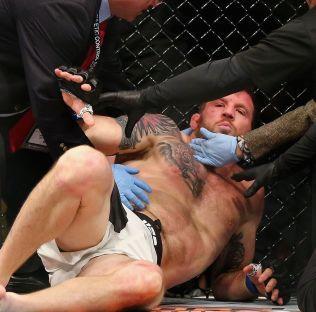 OVER OG UT: Ryan Bader får hjelp etter å ha blitt knocket ut av Anthony Johnson.