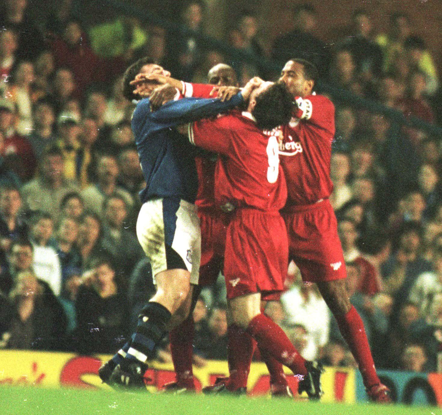 TØFFE TAK: Det er ikke noe kjære mor i Merseyside-derbyet. Det beviste David Unsworth (blå) og Robbie Fowler i 1997.