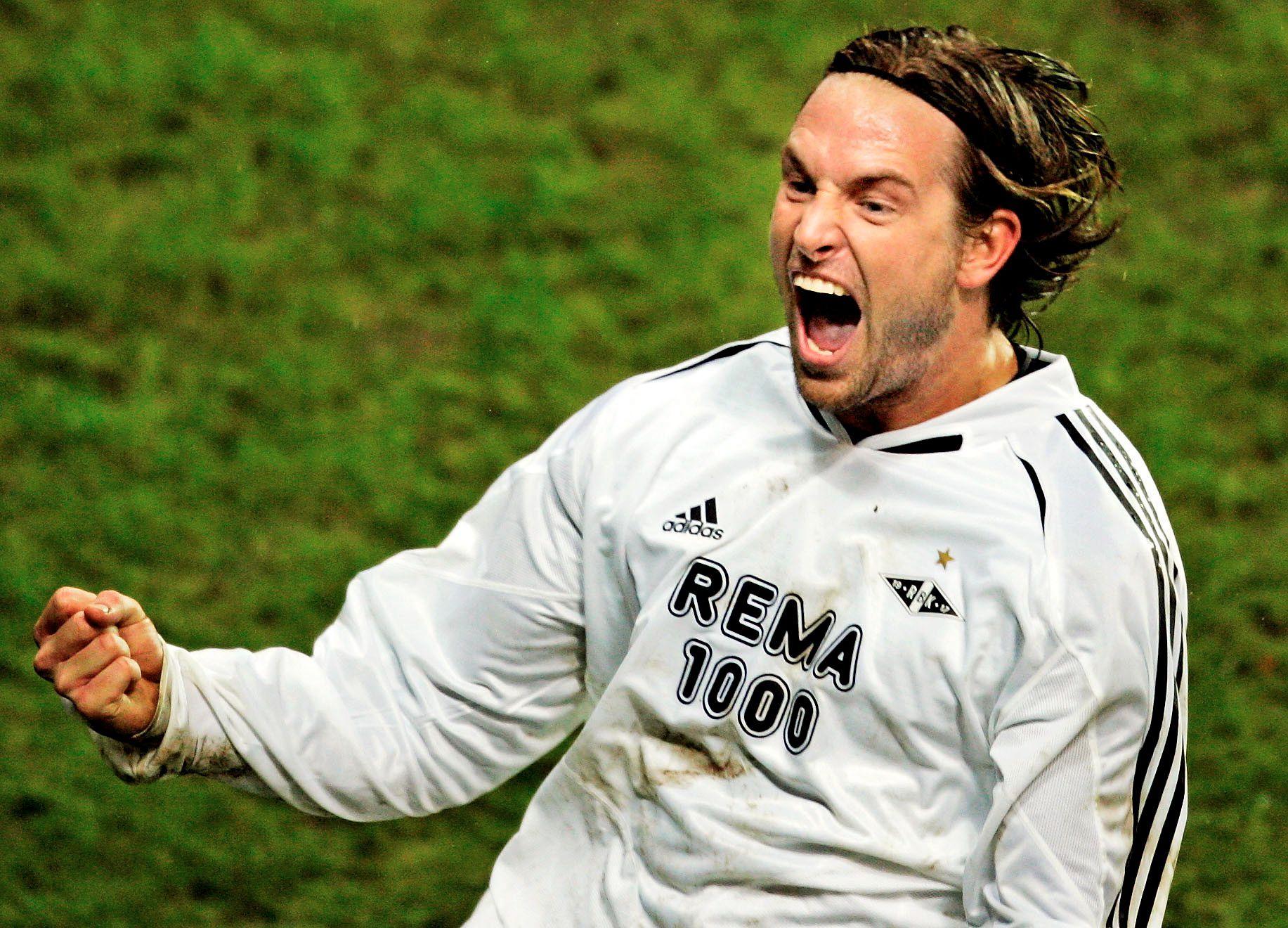 2005: Rosenborgs Thorstein Helstad jubler for scoring i 1–1-kampen mot Olympiacos. Rivaldo scoret for grekerne.