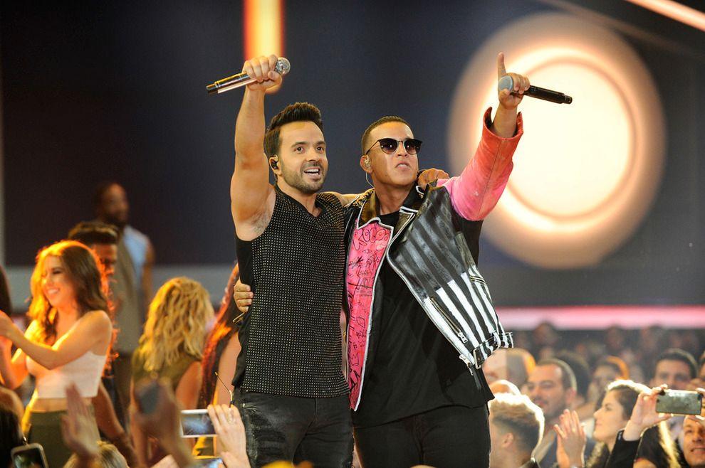 SLÅR REKORDER: Her opptrer Luis Fonsi og David Yankee på Billboard Latin Music Awards med «Despacito».
