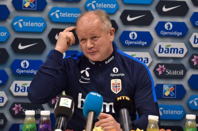 ALLTID ET SMIL PÅ LUR: Per-Mathias Høgmo møtte pressen på Lillestrøm mandag ettermiddag, tre dager før den svært viktige playoff-kampen mot Ungarn.