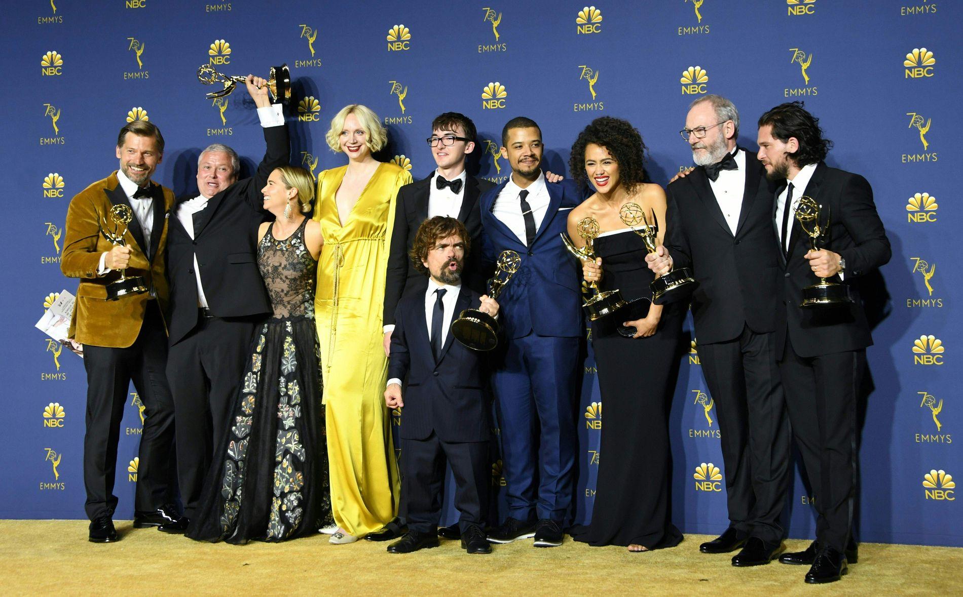 GLADE VINNERE: Skuespillerne og staben bak «Game of Thrones» feirer Emmy-pris natt til tirsdag.