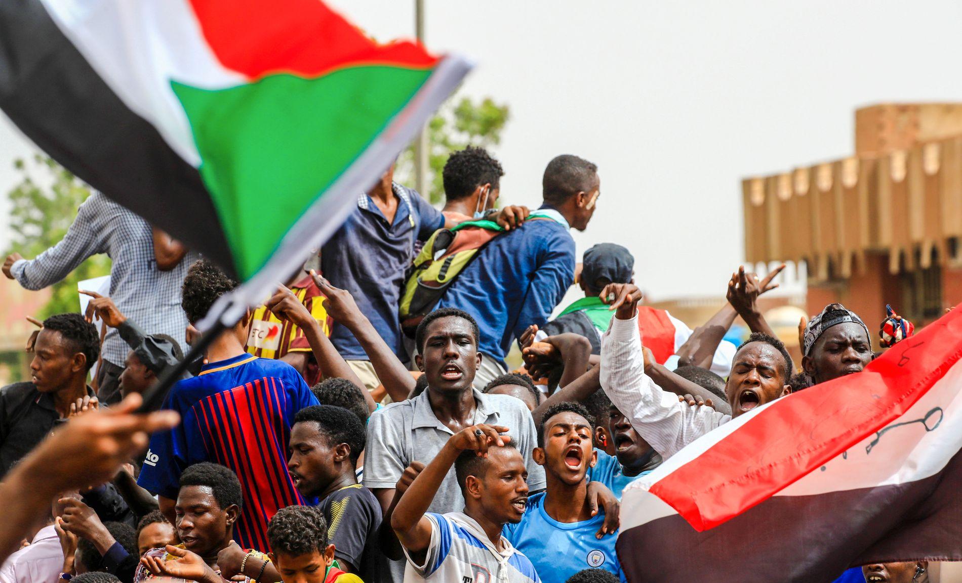 TVANG MILITÆRET TIL Å GI SEG: Massedemonstrasjonene den 30. juni skal ha hatt avgjørende betydning for forhandlingene.