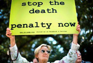STORT OPPBUD: Flere hadde møtt opp onsdag for å protestere mot den omdiskuterte praksisen av dødsstraff i Oklahoma.