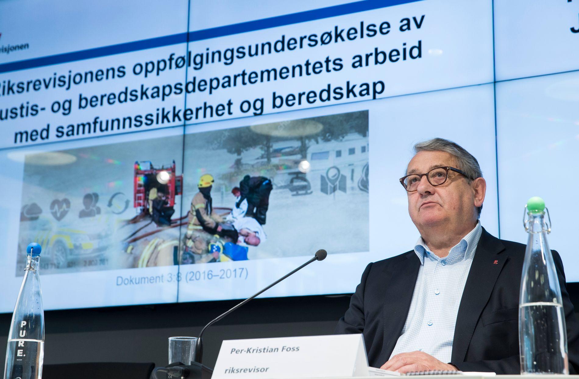 IKKE I MÅL: Riksrevisor Per-Kristian Foss mener at regjeringen har forbedret samfunnsikkerheten, men noen statråder er fortsatt i brudd med instruksene og har ikke god nok oversikt i sin sektor.