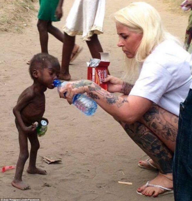 REDNINGEN: Dette bildet av det første møtet mellom en sulten nigeriansk gutt og Anja Ringgren Lovén, spres fort sosiale medier.