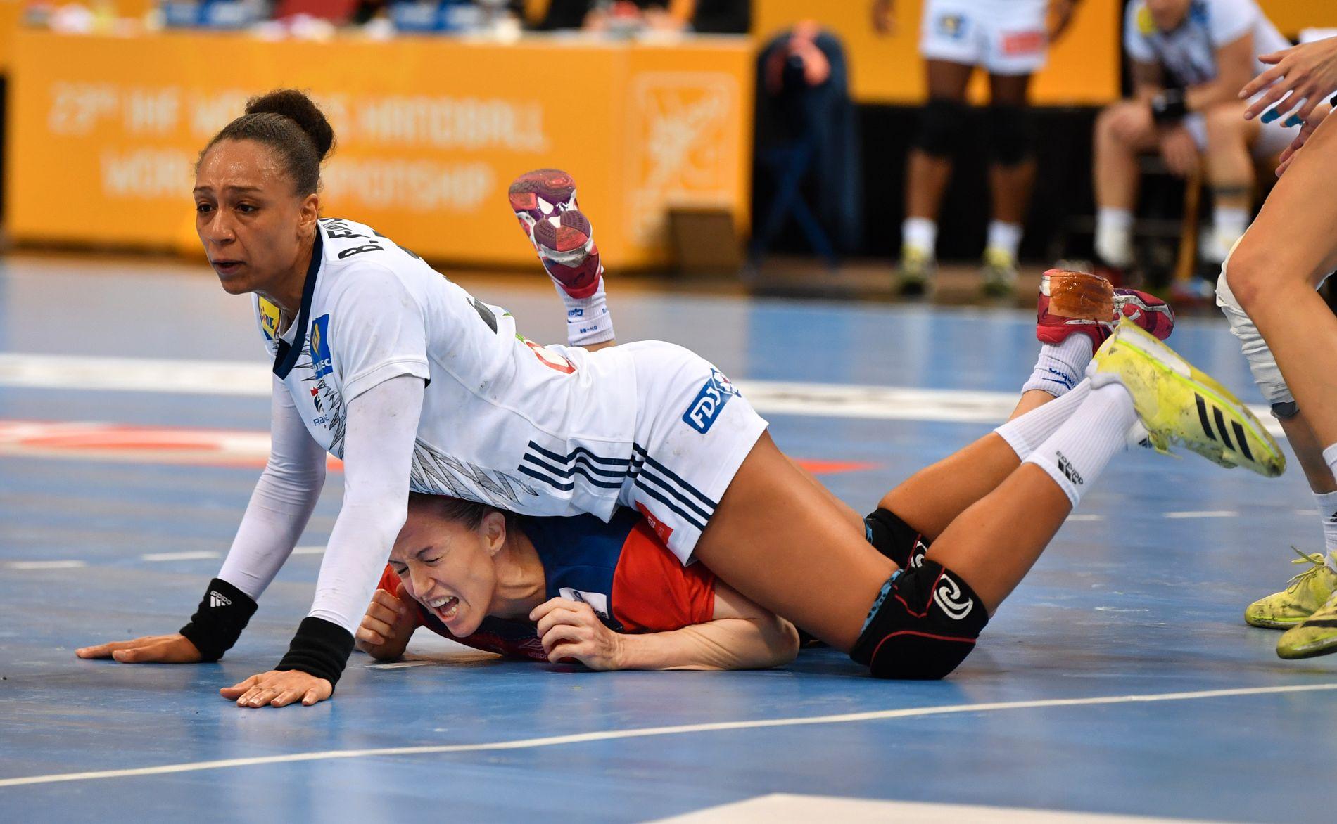 BLE MOST: Ikke lett å være Heidi Løke og Norge i VM-finalen mot Frankrike. Her er det Béatrice Edwige som beskriver overtaket som førte til franske VM-gull.