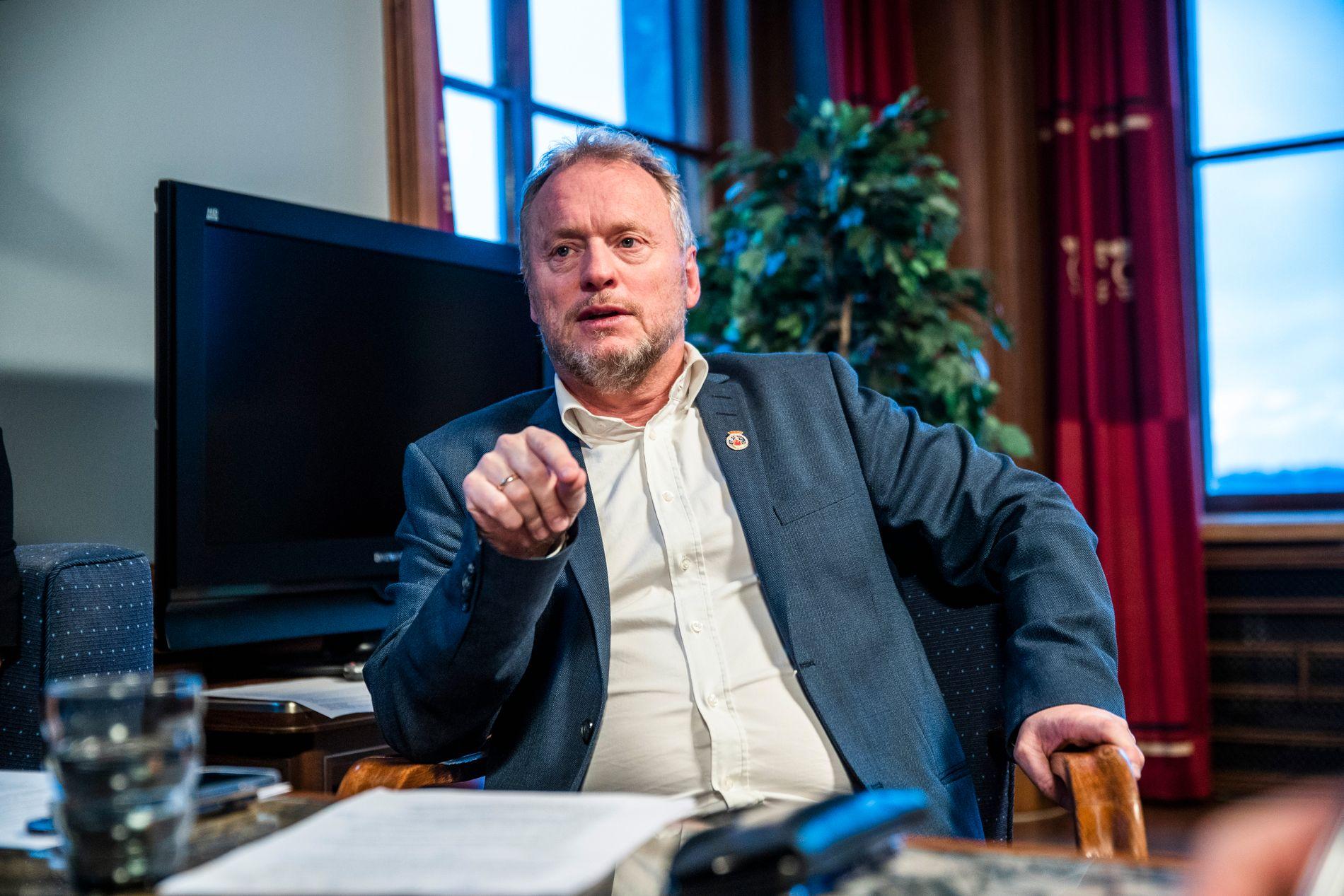 KONKLUDERTE: Byrådsleder Raymond Johansen (Ap) i Oslo gikk fredag grundig gjennom faktainnhentingen og konklusjonen i varslingssaken mot byråd Inga Marte Thorkildsen. Han konkluderte med at han fortsatt har tillit til SV-byråden.
