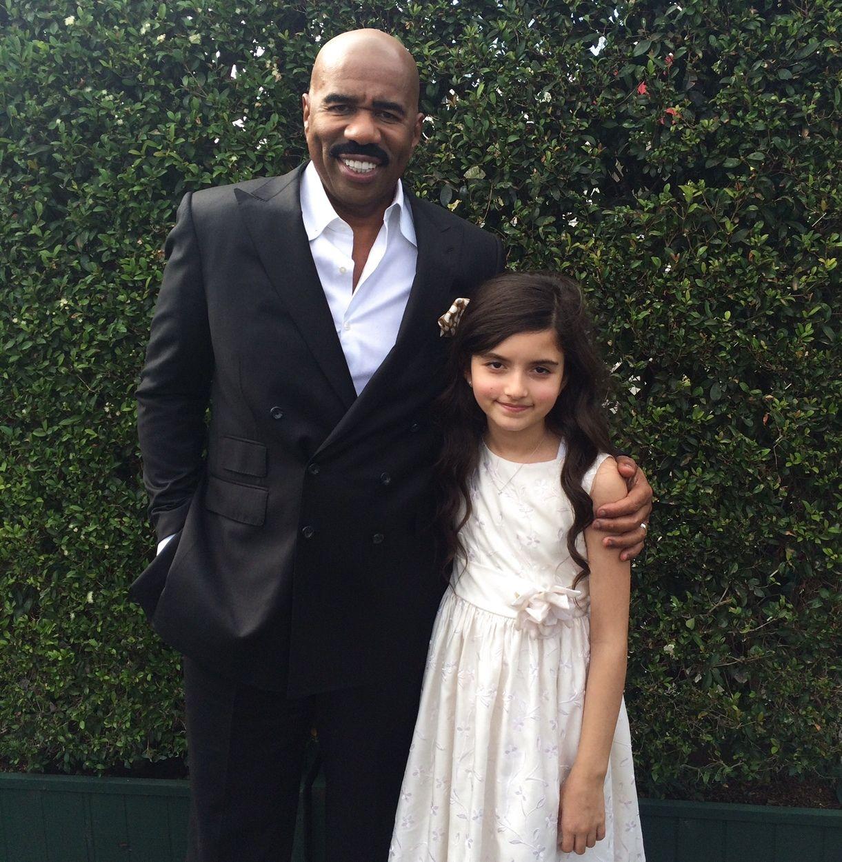 STJRNEMØTE: Angelina sammen med komiker og skuespiller Steve Harvey, som er programleder i «Little big shots».