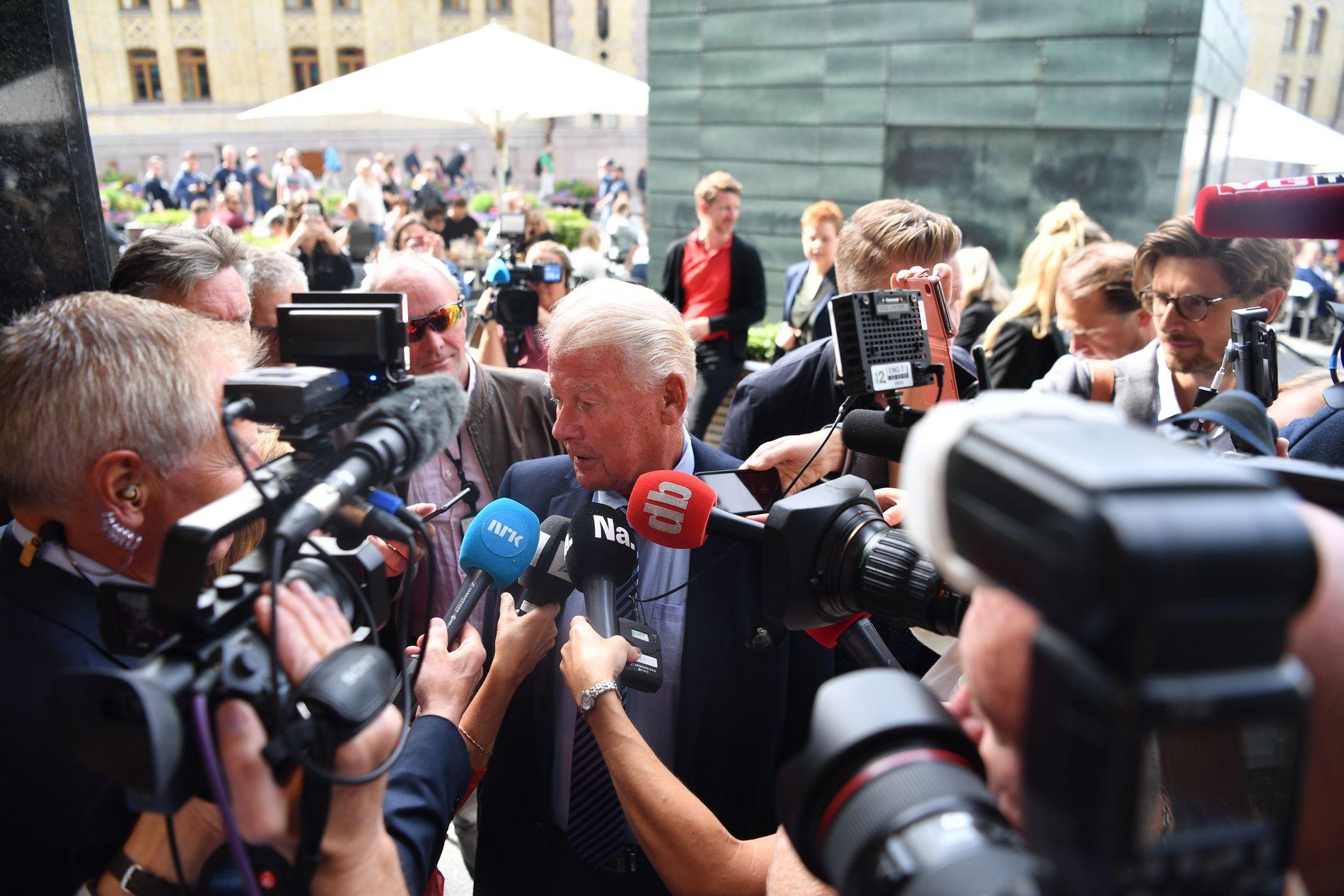 BOM-KAOS: Uten at noen bompengeløsning mellom regjeringspartiene er offentlig kjent, samlesFrps landsstyre søndag for å få en statusoppdatering om prosessen. Her ankommer Frp-nestor Carl I. Hagen.
