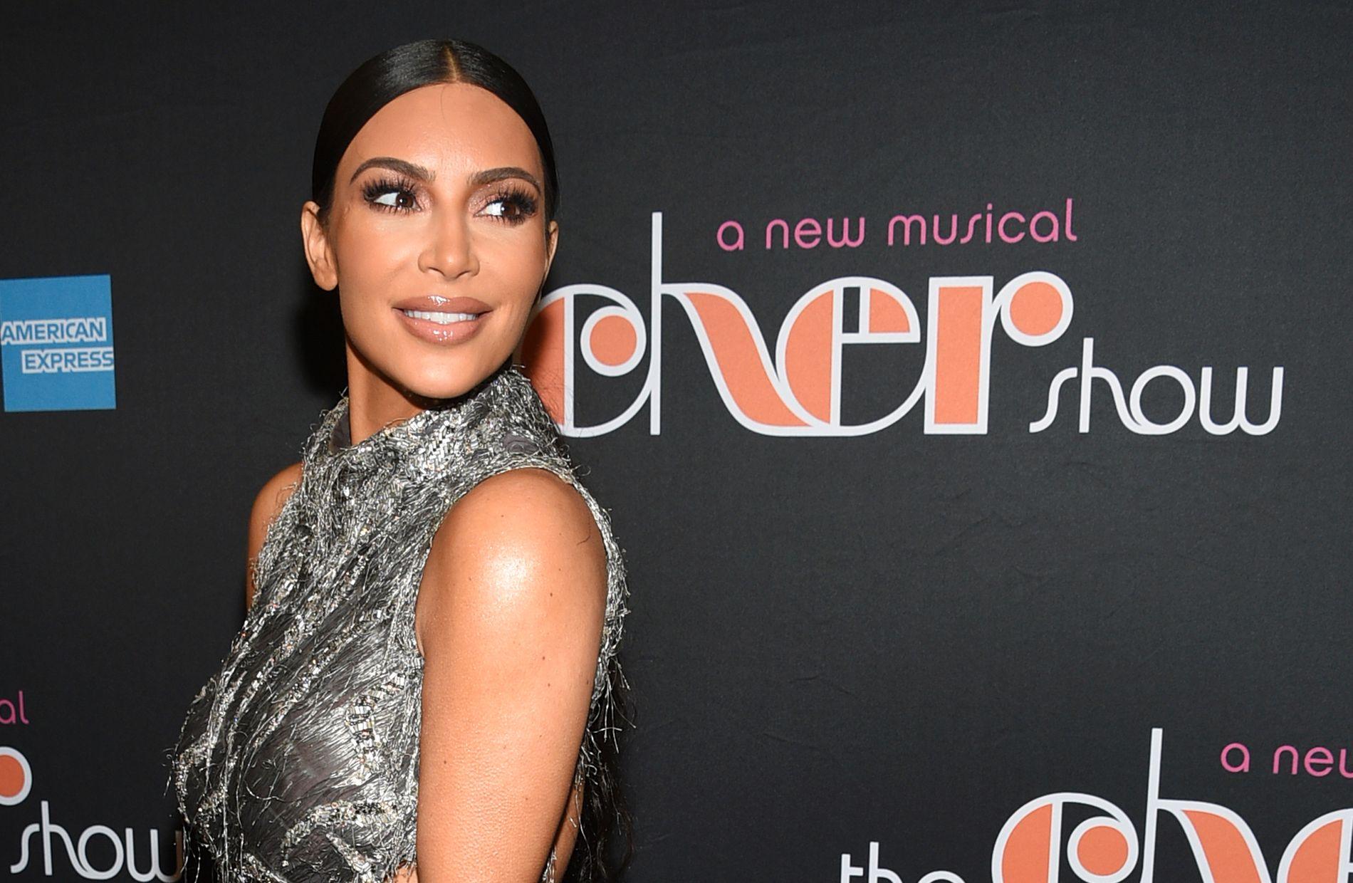 NYFØDT SØNN: Kim Kardashian viste mandag kveld frem sin en måned gamle sønn på Instagram