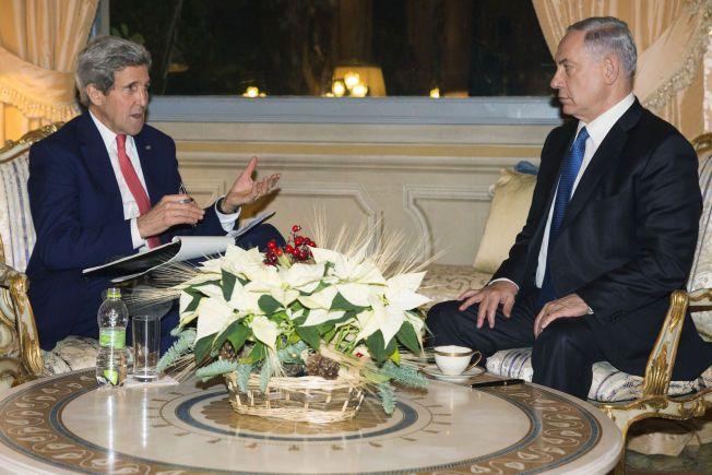 USAs utenriksminister John Kerry har de siste dagene hatt en rekke møter om den israelsk-palestinske fredsprosessen under sin reise i Europa, mens palestinerne onsdag formelt la konflikten på FNs sikkerhetsråds bord. Her er Kerry sammen med Israels statsminister Benjamin Netanyahu (til høyre) i Roma mandag. Foto: Evan Vucci / Reuters / NTB scanpix