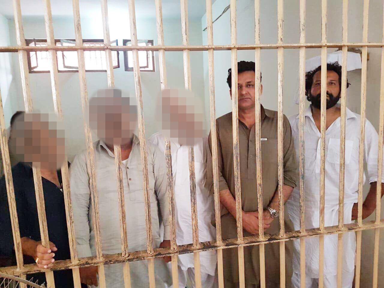 ARRESTERT: TV 2 melder selv på sine nettsider at deres reporter Kadafi Zaman er fengslet i Pakistan. Dette bildet skal angivelig være fra fengselet. Mannen til venstre er politikeren Shabbir Ahmed.