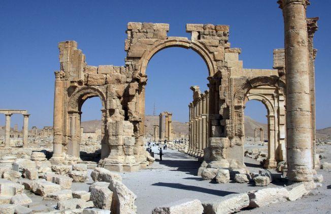 ØDELAGT: Triumfbuen i Palmyra, 220 kilometer nordøst for hovedstaden Damascus, skal ha blitt sprengt i småbiter av IS-ekstremistene.