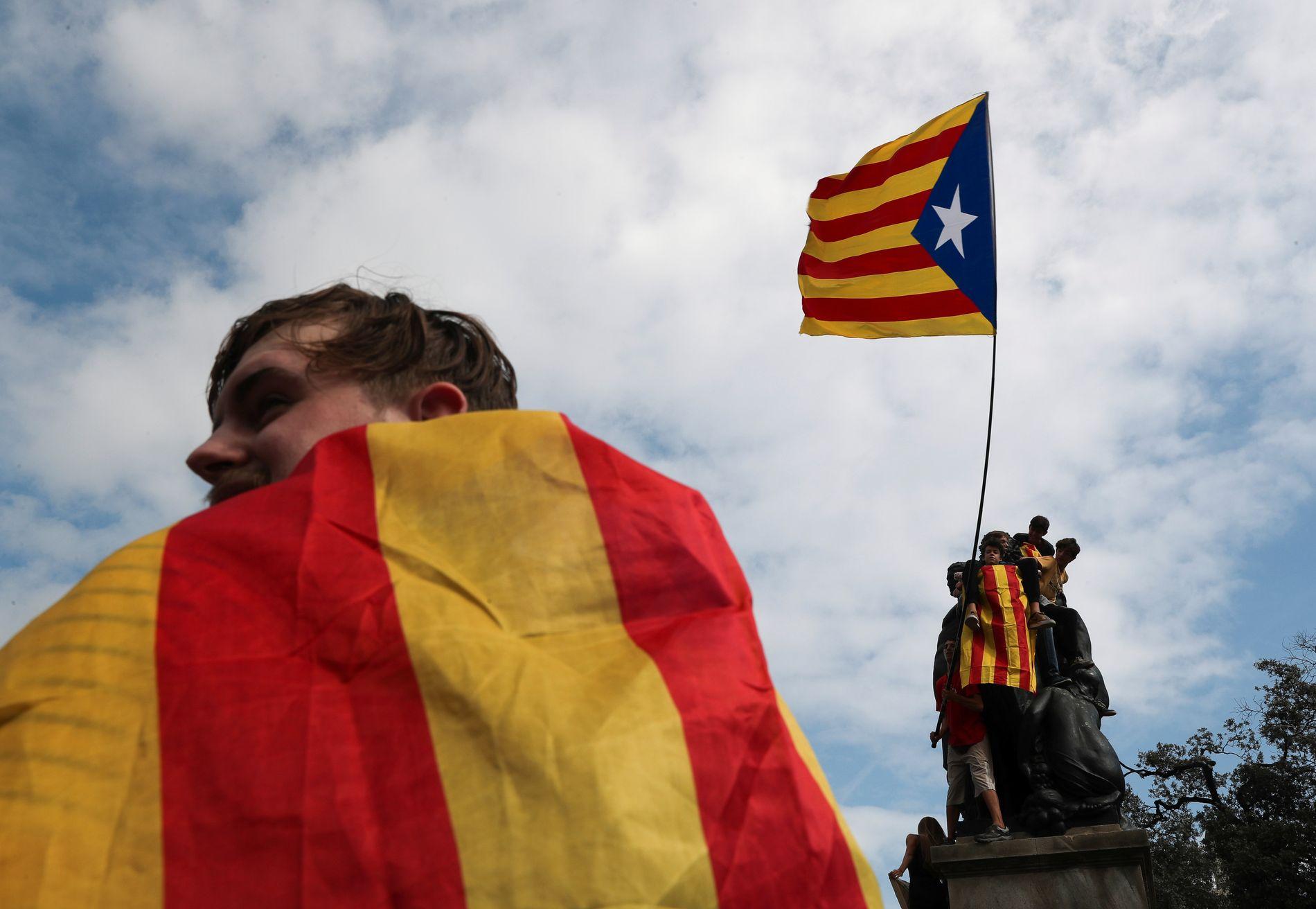 HVA NÅ? Separatistflagget vaier i vinden i regionshovestaden Barcelona etter seieren i uavhengighetsvalget, men få kan svare på hva som nå skal skje. FOTO: REUTERS