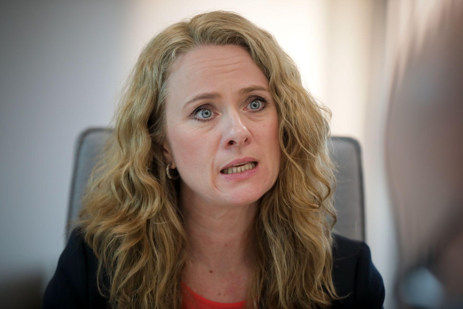 VARSLER TILTAK: Statsråd Anniken Hauglie (H) mottok forslag fra Varslingsutvalget.