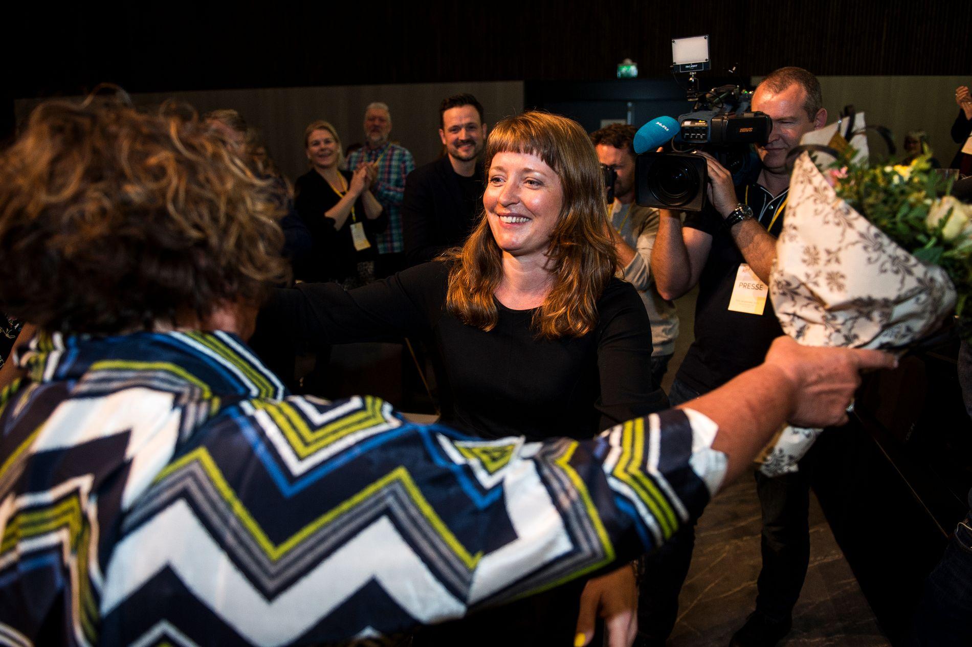 KRF-KOMET: Ingelin Noresjø fra Nordland ble valgt inn som nestleder i KrF sammen med den andre nestlederen Olaug Bollestad (med ryggen til) på Krf-landsmøtet på Sola i april.