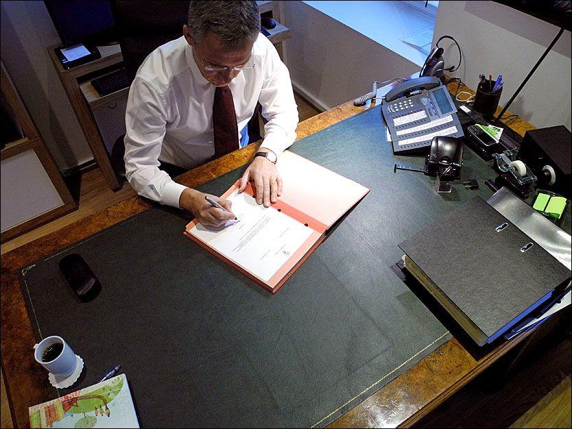 HISTORISK ØYEBLIKK: Her skriver avtroppende statsminister Jens Stoltenberg under på den høytidelige avskjedssøknaden. Foto: STATSMINISTERENS KONTOR
