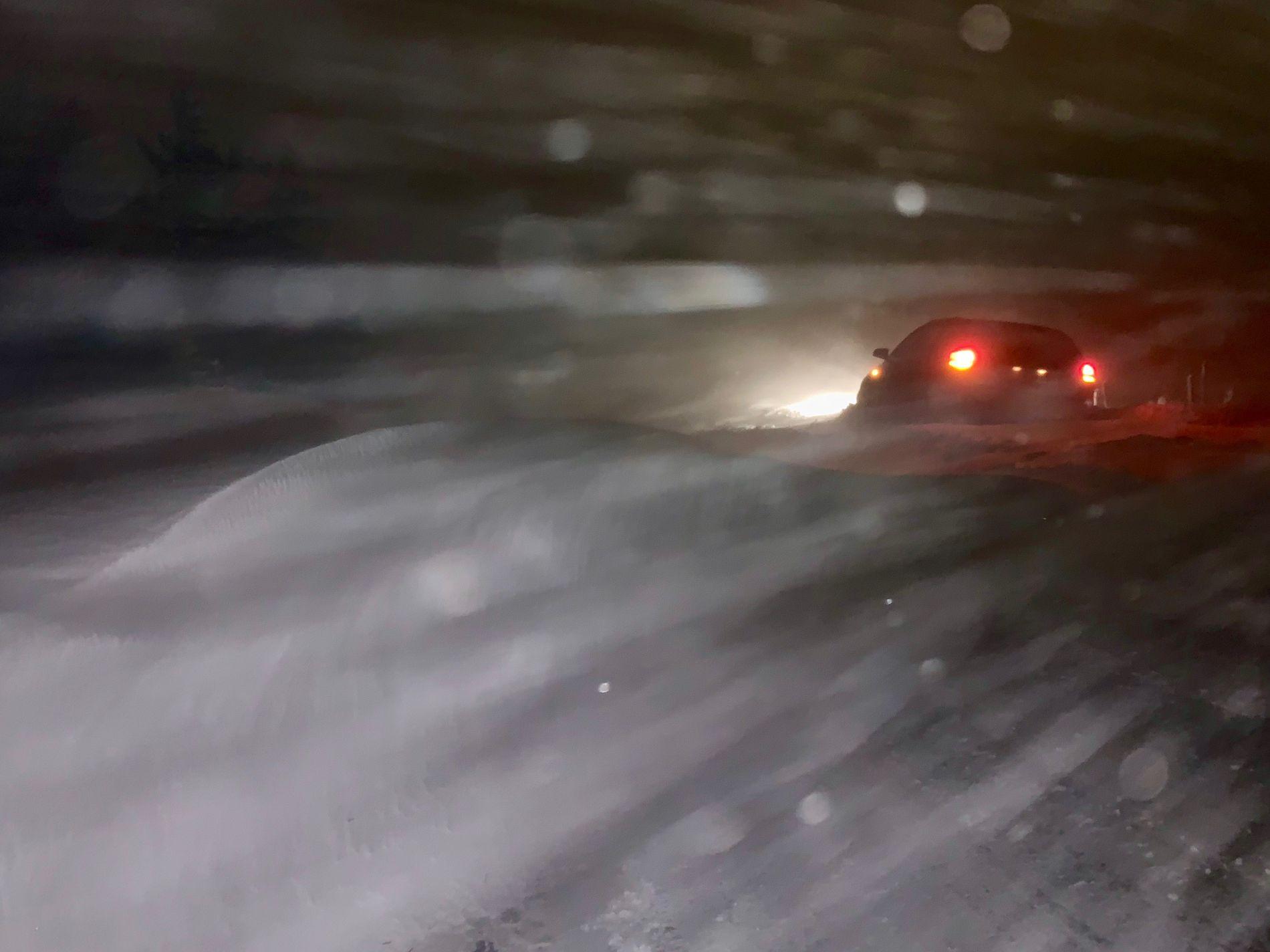 DÅRLIG SIKT: Snøfokk gjorde sikten dårlig og veiene ufarbare på Jæren lørdag kveld og natt til søndag. Bildet er fra Høgjæren.