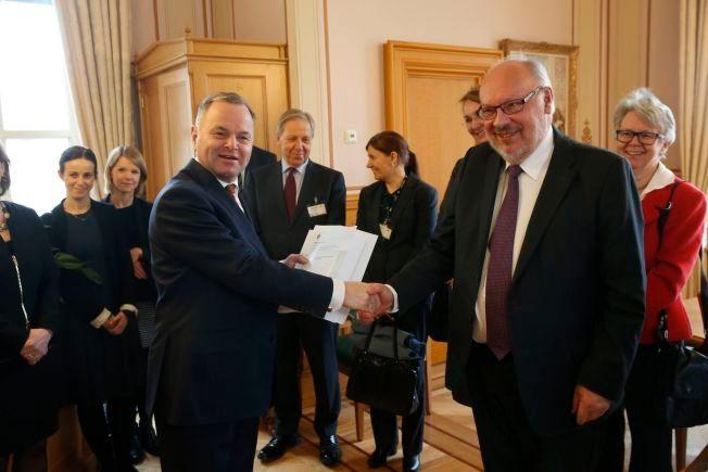 KONTROLL AV KONTROLLØREN: Utvalgsleder Bjørn Solbakken overleverte sin rapporten til stortingspresident Olemic Thommessen mandag.