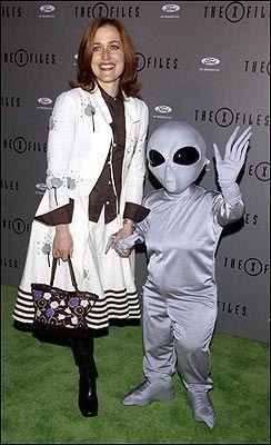 SKILLES: Gillian Anderson her sammen med et romvesen under en X-files- premiere i 2002. Foto: Reuters