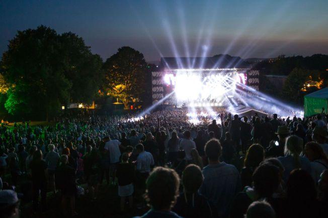 MINDRE KINKIG: Øyafestivalens nye område sørger for at man bokstavelig talt kan se ned på artistene. Foto: NTB SCANPIX