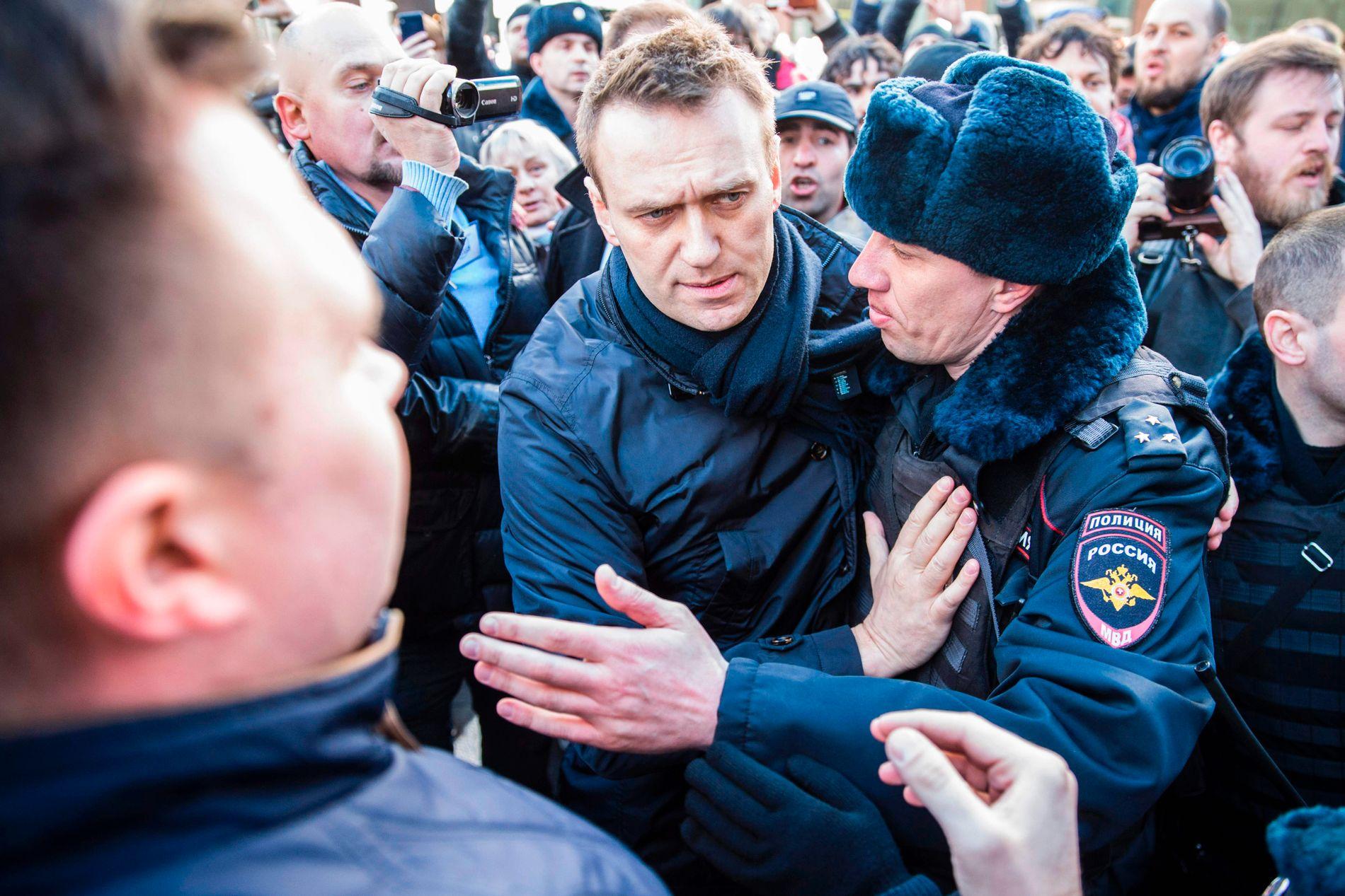 BRØT SEG INN: Aleksej Navalnyjs hovedkvarter ble gjennomsøkt av politiet samme dag som Navalnyj oppfordrer til demonstrasjoner. Her fra da opposisjonslederen ble pågrepet under en anti-korrupsjonsdemonstrasjon i Moskva i mars i fjor.
