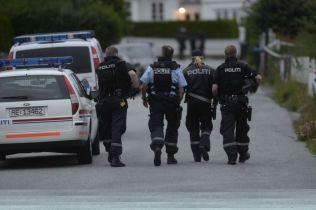 INNSATSPERSONELL: Her er politiets innsatsstyrke på jobb under jakt på på mulige gjherningsmenn i en drapssak i Fredrikstad.Foto: HELGE MIKALSEN
