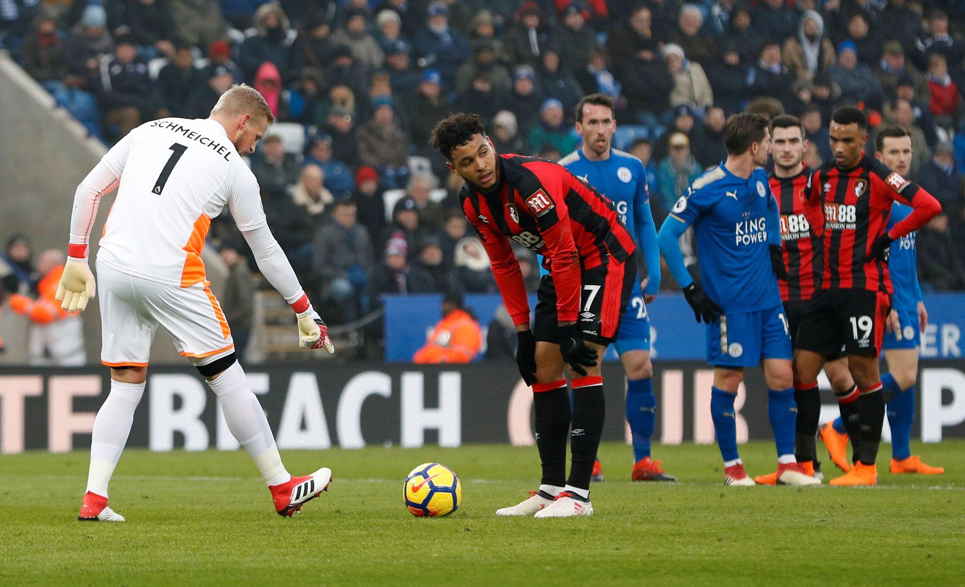MISFORNØYD: Leicester-keeper Kasper Schmeichel mener Joshua King ikke har lagt ballen skikkelig på straffemerket. Noen sekunder senere ligger ballen i nettet.