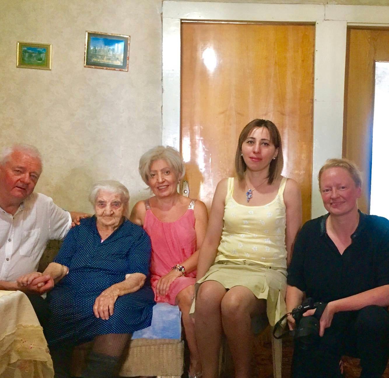 MØTTE NANSEN: Frode Berg ville intervjue 102 år gamle Yepraksia Kevorgyan, som er en av få gjenlevene som møtte filantropen Frithjof Nansen i flyktningleiren Gymri, til boken han jobbet med. Hayarpi Khachatryan og den norske journalisten Trine Hamran (t.h) ledsaget Berg.