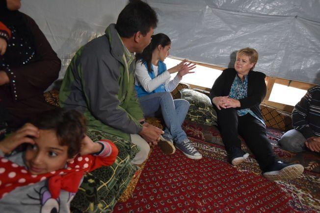 TETT PÅ: Erna Solberg møtteblant annet tre familier som deler det samme lille teltet.