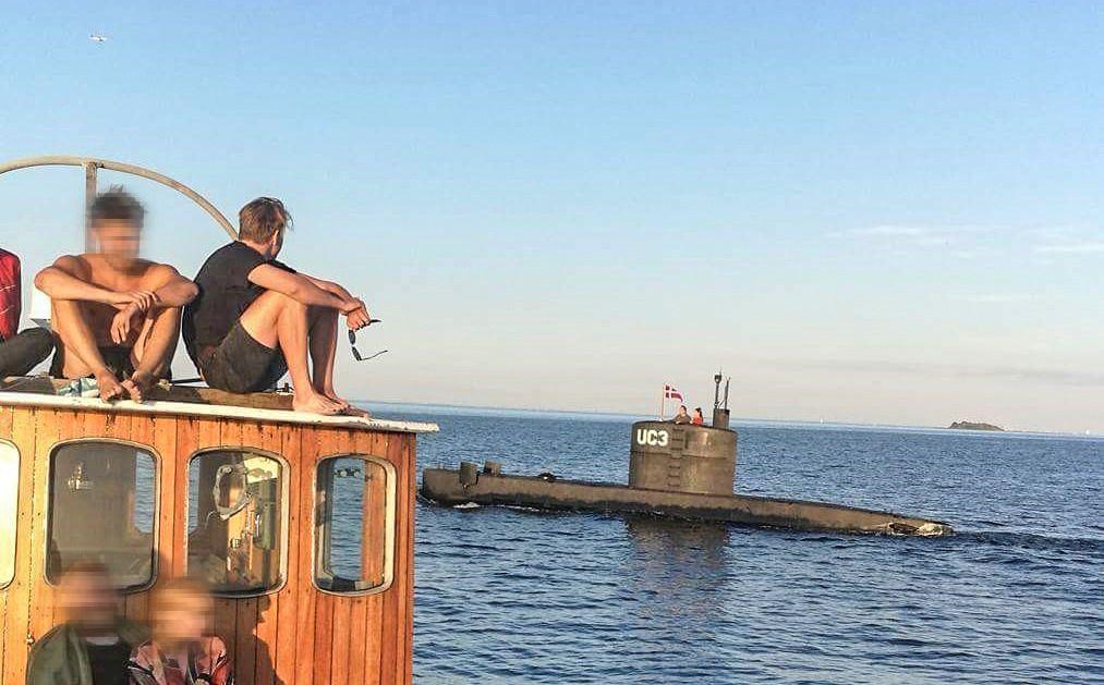 TRIVELIG MØTE: Jacob Rasmussen (23) sitter i svart t-skjorte og ser på menneskene i ubåten han akkurat har vinket til. Møtet fant sted mellom klokken 20.00 og 20.15, har han forklart til politiet.