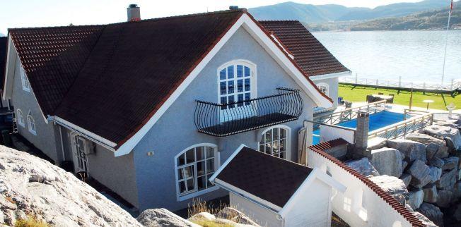RIVES: Denne praktboligen kjøpte ekteparet Solskjær i 2011. Nå skal huses rives for å gi plass til et nytt hjem for familien ved vannkanten på Innlandet i Kristiansund.