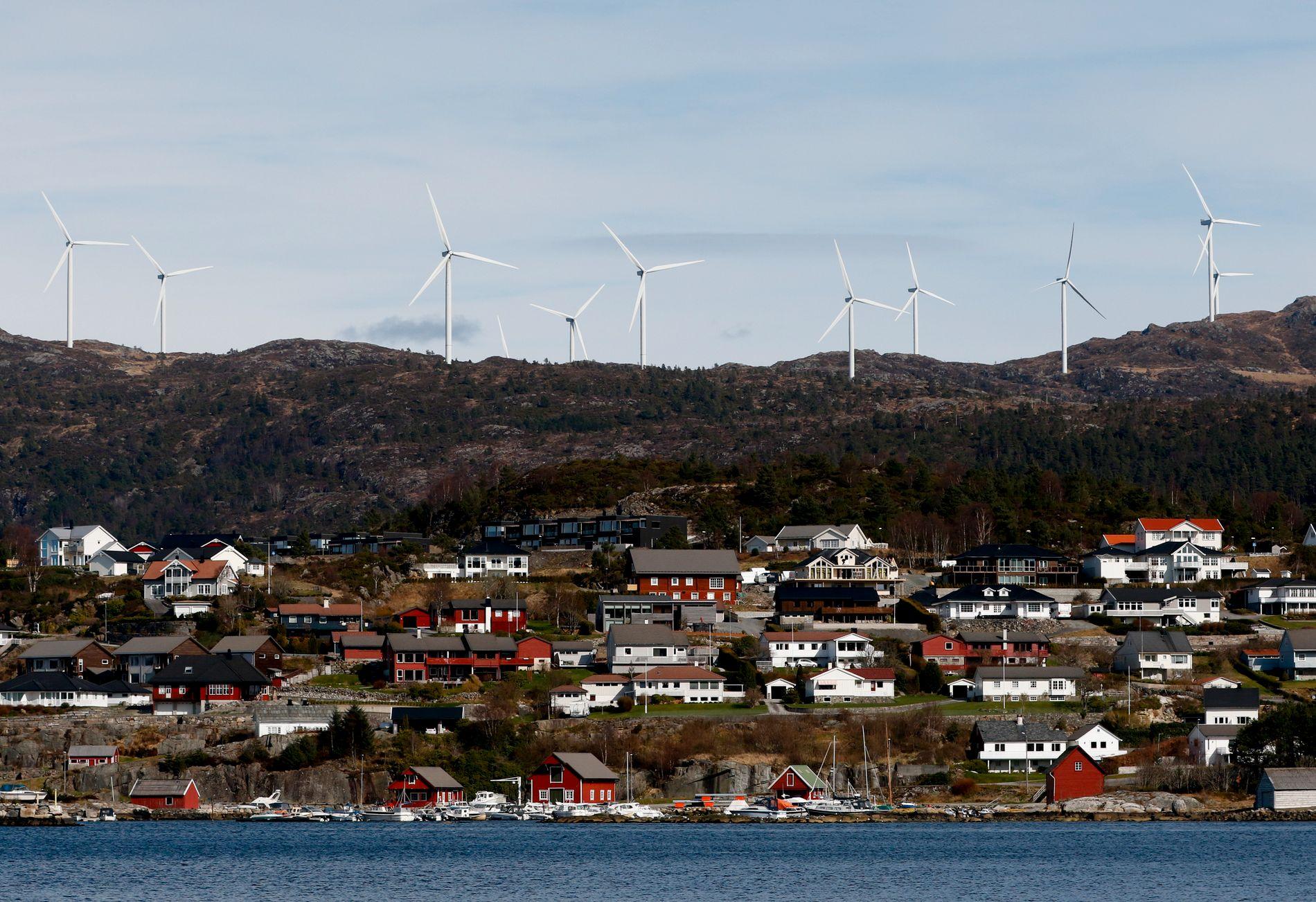NEI-VIND: Vindmøller på land har ført til stor kamp i de fleste Norske partier i vår. Bildet viser vindturbiner i Fitjar kommune.