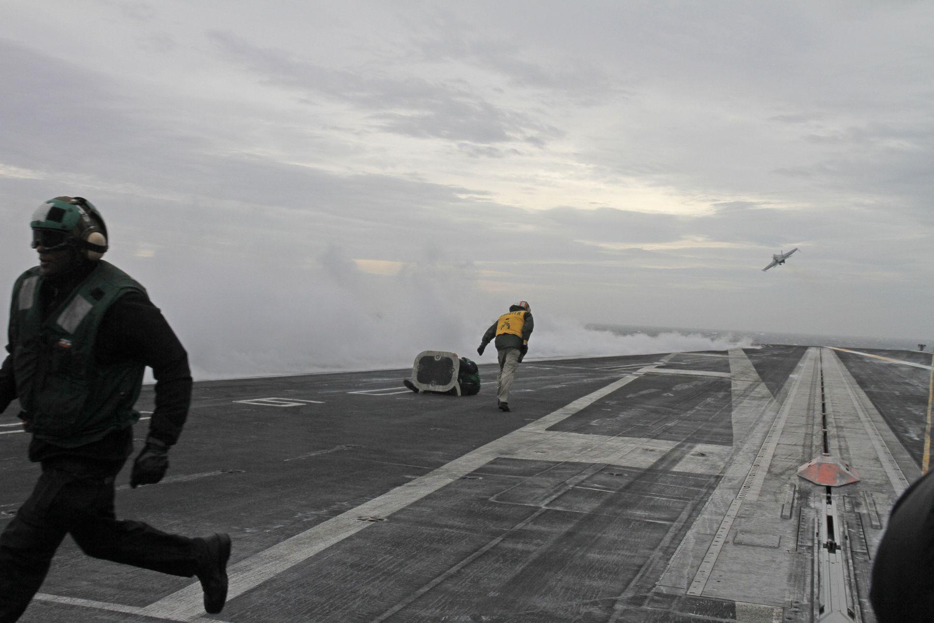 I NORGE: Det enorme hangarskipet USS «Harry S. Truman» er i Norge. Her skytes F-18-fly skytes fra skipet med katapult.