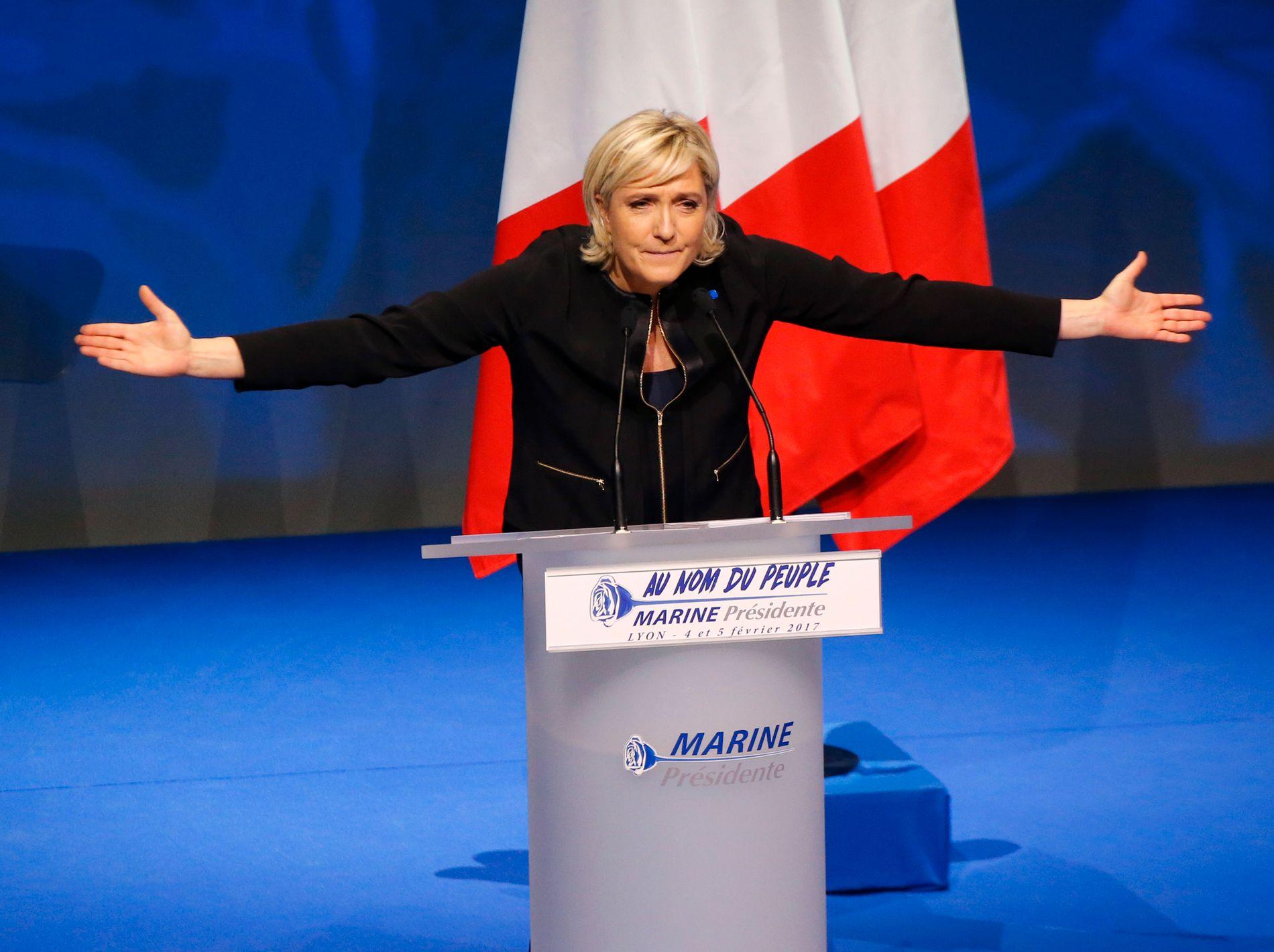 FÅR INVESTORENE TIL Å SKJELVE: Presidentkandidat Marine Le Pen for franske Front National ønsker å trekke Frankrike ut av eurosamarbeidet, og vil ha folkeavstemning om landets EU-medlemskap. Frykten for at kandidaten på ytre høyre skal vinne har ført til høyere rente på franske statsobligasjoner.